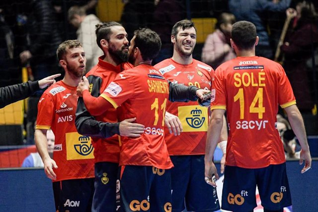 Los jugadores de la selección española de balonmano celebran una victoria.