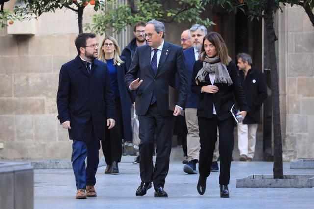 El president de la Generalitat, Quim Torra, al costat del vicepresident, Pere Aragons, i la portaveu del Govern Meritxell Budó, en reunir-se amb representants de JxCat, ERC, la CUP, ANC i mnium Cultural, en el Palau de la Generalitat, el 15 de gener 2