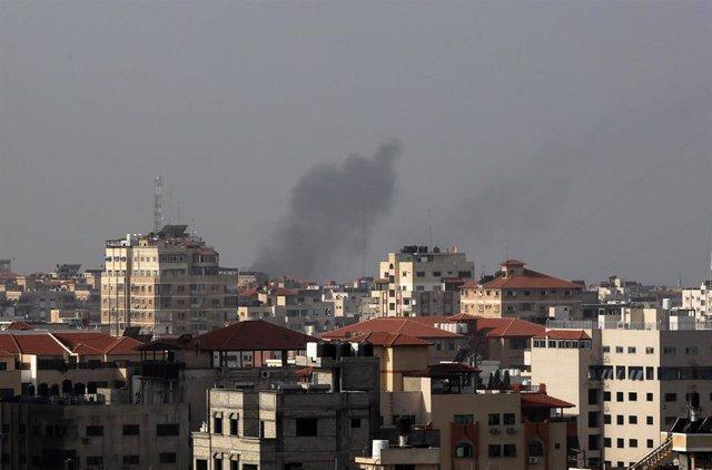 Columna de humo en Ciudad de Gaza tras un bombardeo de Israel