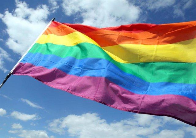 Una bandera arcoiris