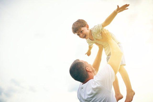 Padre e hijo jugando. Familia, jugar.