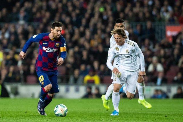 Leo Messi y Luka Modric durante un clásico
