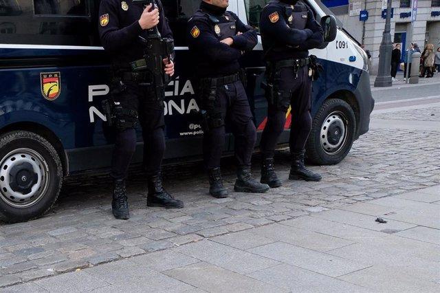 Tres agentes de Policía Nacional en la Plaza del Sol de Madrid, a 16 de diciembre de 2019.