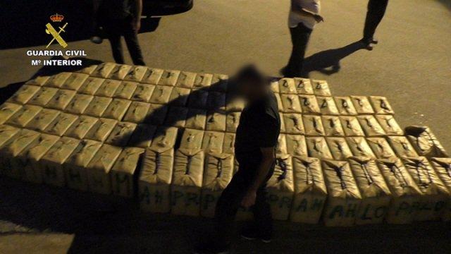Hachís incautado por la Guardia Civil en una operación con cinco detenidos.