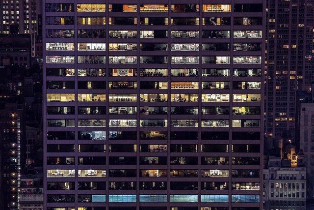 Trabajar por turnos, trabajar de noche, oficina, ventanas