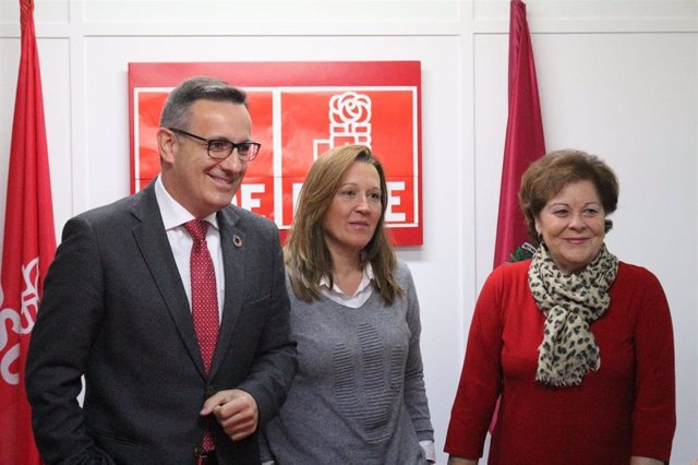 El secretario general del PSRM-PSOE, Diego Conesa, junto a la responsable de la gestora en Cartagena, Lourdes Retuerto, y la presidenta del partido en la Región, Teresa Rosique