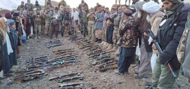 Milicianos talibán entregan sus armas al Ejército afgano en una operación en Ghor