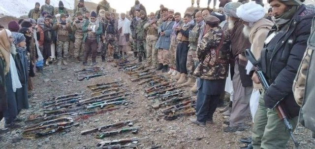 Afganistán.- Unos 50 milicianos talibán se entregan al Ejército en el centro de