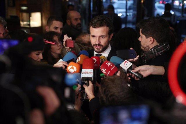 El presidente del Partido Popular, Pablo Casado, atiende a los medios de comunicación a su llegada a un desayuno informativo de Europa Press, en Madrid (España), 16 de enero de 2020.