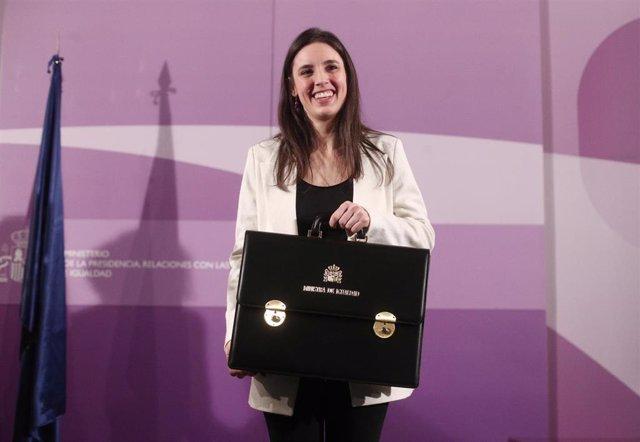 La nueva ministra de Igualdad, Irene Montero, posa con la cartera del ministerio de Igualda durante el acto de toma de posesión de los ministros, en la sede de la Secretaría de Estado de Igualdad, en Madrid a 13 de enero de 2020.