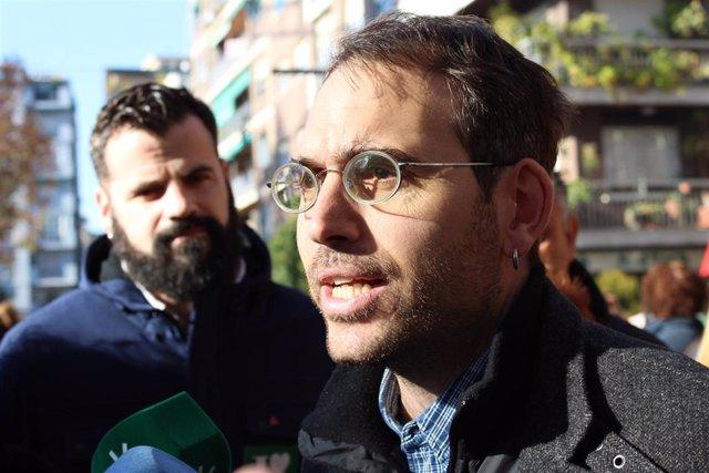 El coordinador andaluz de IU, Toni Valero, atiende a los medios en presencia del parlamentario de Adelante Andalucía Jesús Fernández