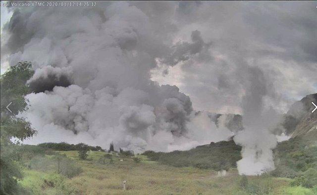 Núvols de fum expulsats pel volcà Taal
