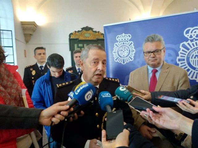 El comisario Francisco Jurado atiende a los medios.
