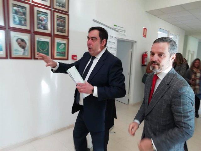 Juan Bravo (dcha.) acompaña a Rafael Amor en la visita a la sede de ATA en Córdoba.