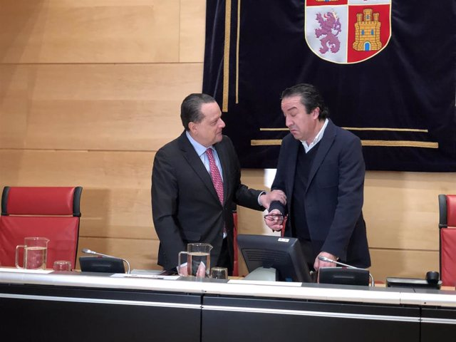 El presidente del Consejo de Cuentas, Mario Amilivia (izquierda), charla con el presidente de la Comisión de Economía y Hacienda de las Cortes, Vidal Galicia Jaramillo (derecha).