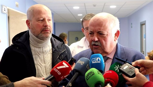 Aguirre e Imbroda visitan el aula hospitalaria del Hospital Virgen del Rocío
