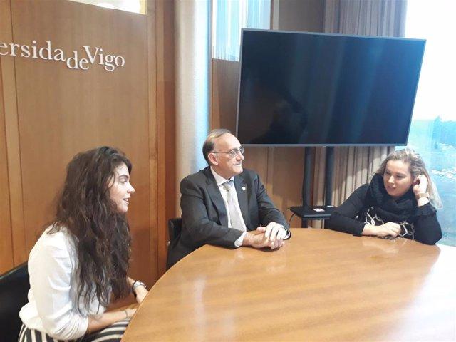 La presidenta de Retórica, el rector de la Universidade de Vigo (UVigo), y la vicerrectora de Comunicación durante la presentación