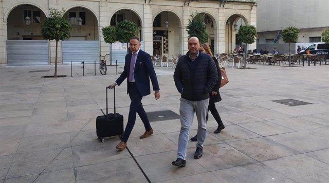 El exalcalde Echávarri, a su llegada al juicio por el despido de la cuñada de Barcala