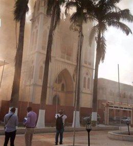 Guinea Ec.- La catedral de Malabo, construida bajo supervisión de Gaudí, sufre u