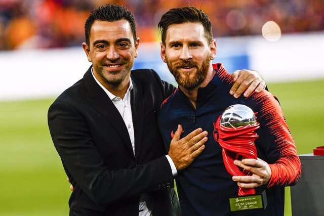 L'entrenador de l'Al-Sadd, Xavi Hernández, i el jugador del Barça Leo Messi.
