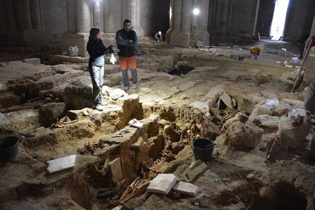 Interior de la iglesia donde se han realizado las excavaciones