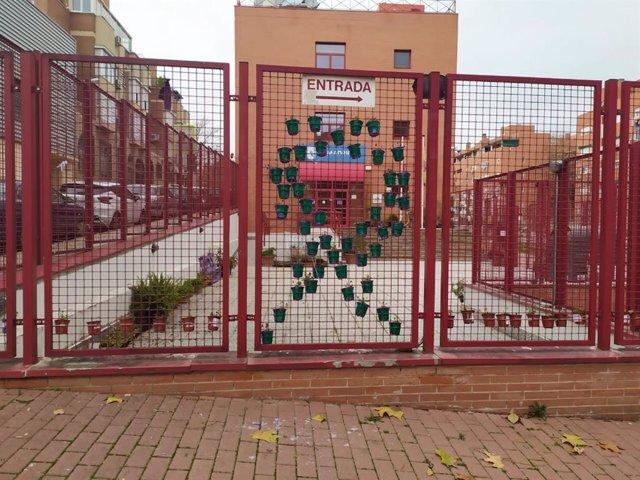 Recurso de las macetas vandalizadas en el centro de igualdad de Carabanchel.