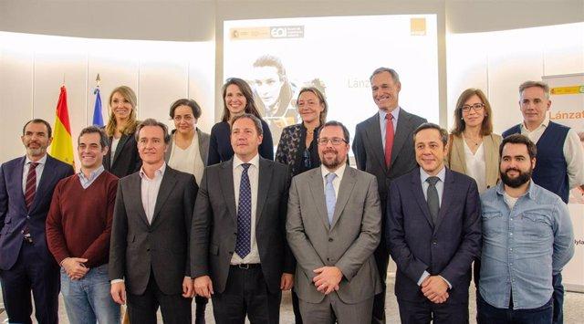 Foto de familia del lanzamiento de la III Edición del programa '`Lánzate' de Orange y la Escuela de Organización Industrial (EOI)