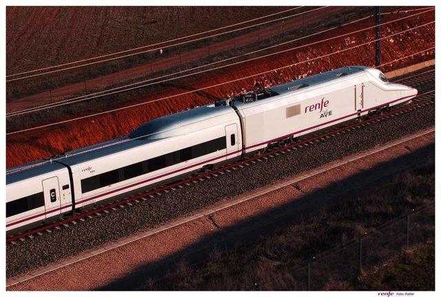 Imagen de archivo de un tren AVE circulando en la provincia de Granada
