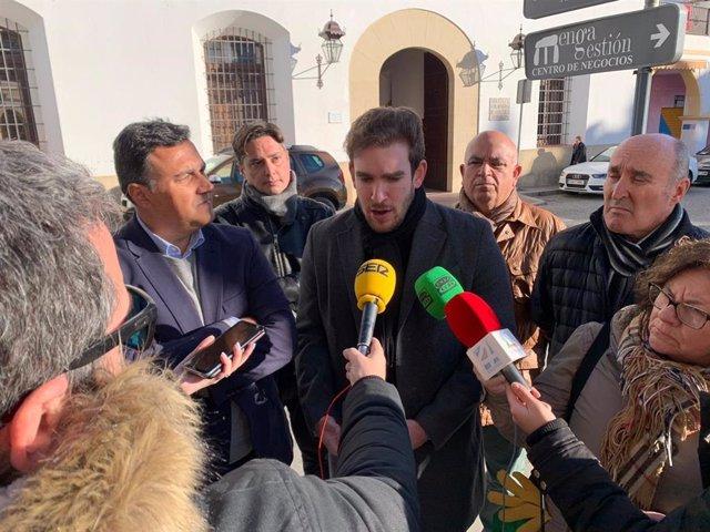 El concejal de Cs en Antequera José Manuel Puche habla con los medios de comunicación junto al portavoz de Cs en Málaga y parlamentario andaluz, Carlos Hernández White.