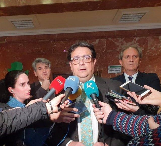El consejero de Sanidad, José María Vergeles, atiende a los medios
