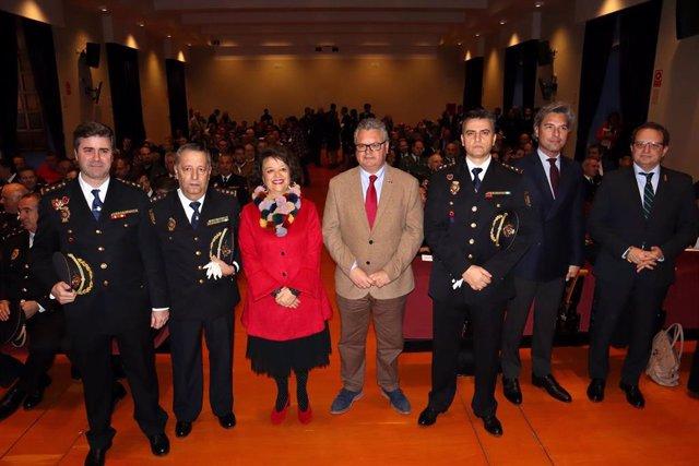 Morales (cuarto por la izda.), Valenzuela y Jurado (segundo), en la celebración del 196 aniversario de la Policía Nacional