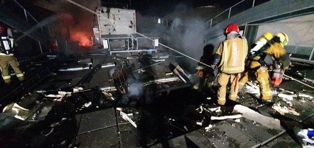 Los bomberos siguen extinguiendo el fuego del aeropuerto de Alicante-Elche