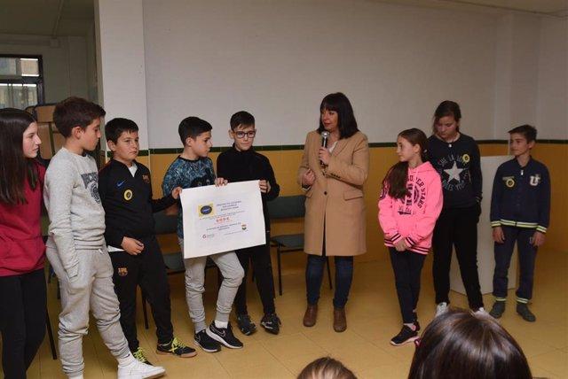 Imagen de la entrega de la cantidad recaudada por los escolares de Montillana