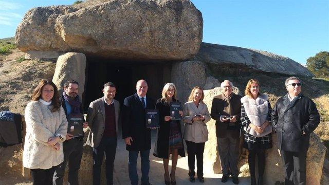 La consejera de Cultura, Patricia del Pozo, y el alcalde de Antequera, Manuel Barón, entre otros, visitan los Dólmenes