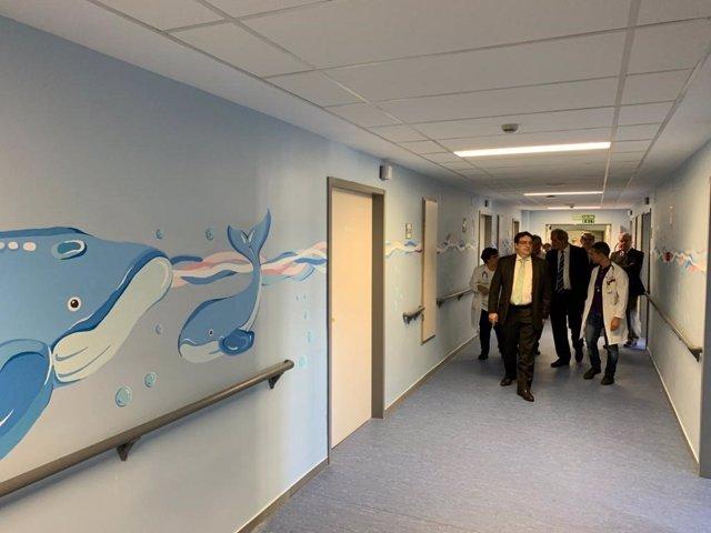 El consejero de Sanidad, José María Vergeles, visita la nueva planta de Pediatría en el Hospital San Pedro de Cáceres