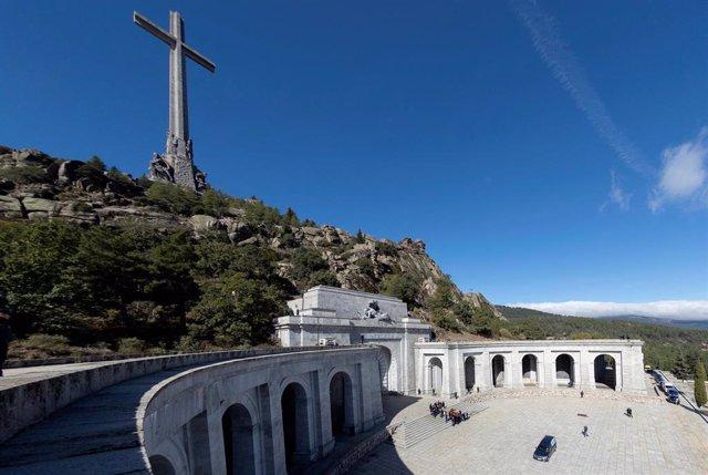 Familiares de Francisco Franco portan el féretro con los restos mortales del dictador tras su exhumación en la basílica del Valle de losantes de su trasladado al cementerio de El Pardo-Mingorrubio para su reinhumación, en Madrid, a 24 de octubre de 2019.