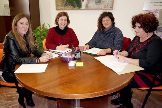 Doblas (segunda por la izda), en la reunión con asociaciones de mujeres