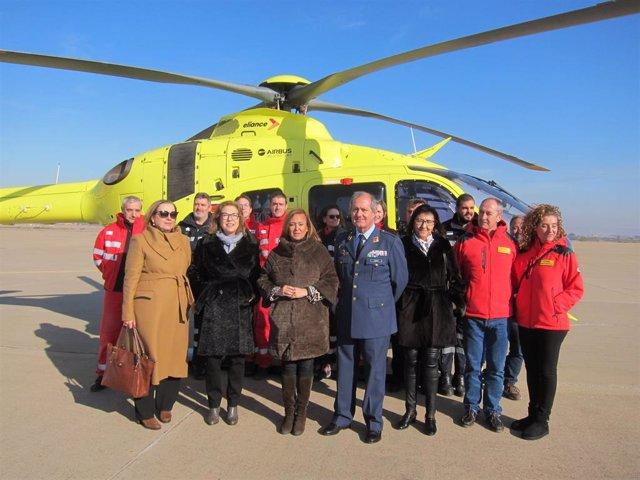 Las consejeras de Presidencia y Sanidad del Gobierno de Aragón, Mayte Pérez y Pilar Ventura, con los trabajadores del helicóptero 112 con base en Zaragoza.