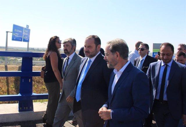 Modesto González junto a José Luis Ábalos