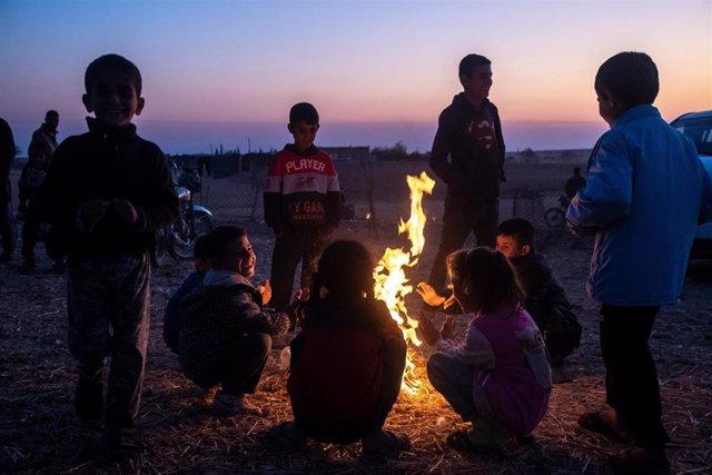 Niños sirios desplazados en Tel Temr