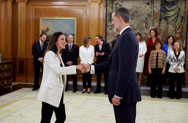 La nueva ministra de Igualdad, Irene Montero saluda al Rey Felipe VI, tras la jura de su cargo en el Palacio de la Zarzuela de Madrid, a 13 de enero de 2020.