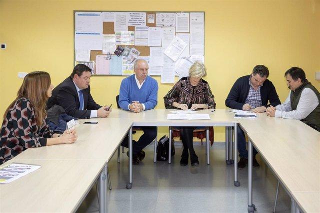 La consejera de Educación, Formación Profesional y Turismo, Marina Lombó, firma un convenio para un proyecto piloto de esquí escolar