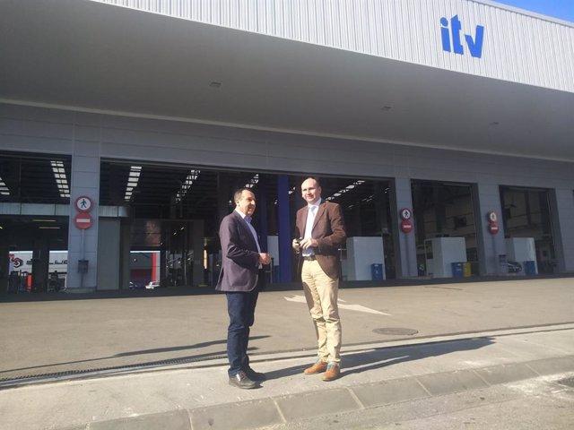 Los parlamentarios del PSOE José Luis Ruiz Espejo (i) y Francisco Conejo (d) en una estación de ITV de Málaga