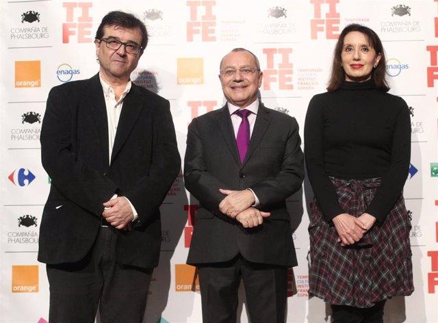 (I-D) El escritor Javier Cercas; el embajador de Francia, Jean-Michel Casa y  la cantante Luz Casal asisten a la presentación de la temporada cultural del Instituto Francés de España, en la Residencia de Francia, en Madrid (España), a 16 de enero de 2020.