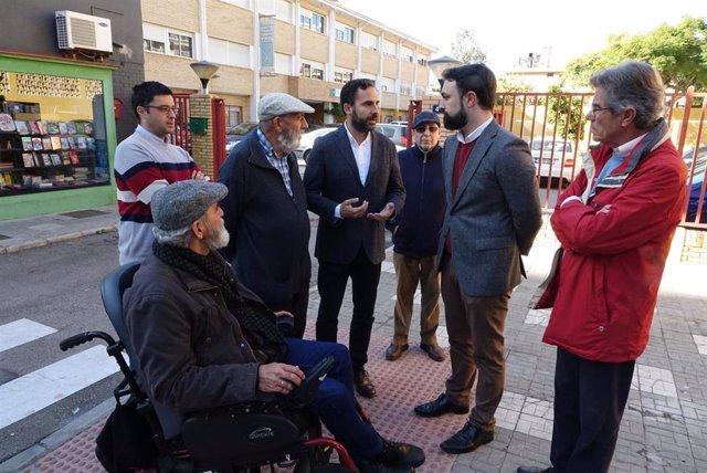 El portavoz del PSOE en el Ayuntamiento, Daniel Pérez, dialoga con vecinos del distrito Este de Málaga