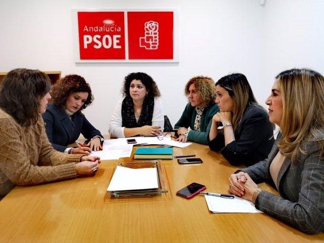 En el centro, la secretaria de Igualdad de la Ejecutiva Provincial del PSOE de Huelva, Eva Salazar.