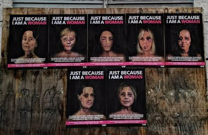 Merkel, Michelle Obama o Suu Kyi, con las caras golpeadas en una campaña contra la violencia de género