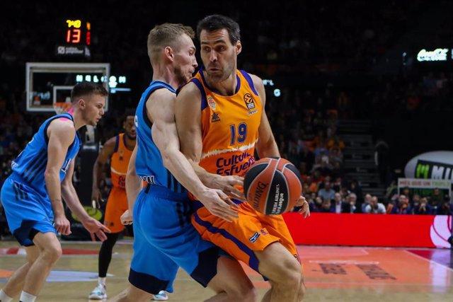 Fernando San Emeterio en una acció del Valencia Basket-ALBA Berlin de la Euroliga 2019-20