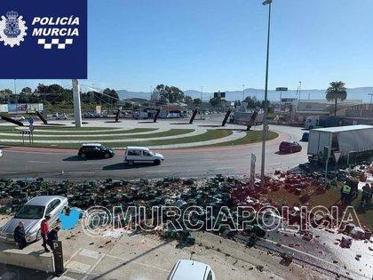 El cargamento de cerveza de un camión, esparcido en una rotonda de Murcia al caer del remolque