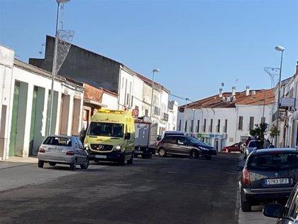 Una colisión entre dos coches en una calle de Azuaga provoca una herida con trauma craneal